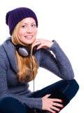 Lächelnde blonde junge Frau in der Winterkleidung Stockbilder