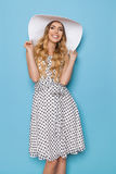 Lächelnde blonde junge Frau in Sommer Sun-Hut Stockbilder