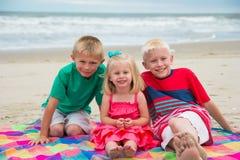 Lächelnde blonde Kinder am Strand Lizenzfreie Stockfotografie