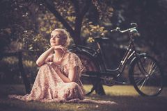 Lächelnde blonde Retro- Frau Lizenzfreies Stockbild