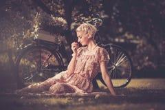 Lächelnde blonde Retro- Frau Lizenzfreie Stockbilder