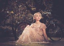 Lächelnde blonde Retro- Frau Stockfoto