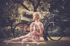 Lächelnde blonde Retro- Frau Stockfotografie