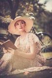 Lächelnde blonde Retro- Frau Lizenzfreie Stockfotos