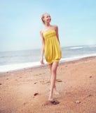Lächelnde blonde Schönheit Stockfoto