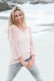 Lächelnde blonde schauende Kamera Lizenzfreie Stockfotografie