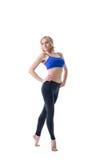 Lächelnde blonde Sportlerin, lokalisiert auf Weiß Lizenzfreies Stockbild