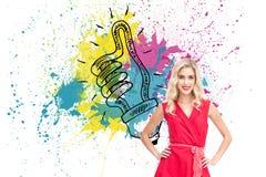 Lächelnde blonde stehende Hände auf Hüften Stockbild