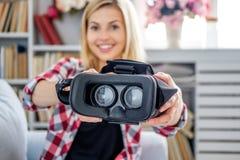 Lächelnde blonde weibliche darstellende Gläser der virtuellen Realität Lizenzfreie Stockbilder