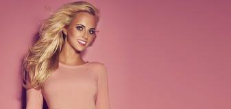 Lächelnde Blondine Lizenzfreie Stockbilder