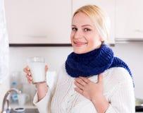 Lächelnde Blondine mit Schal Lizenzfreie Stockfotos