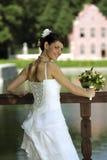 Lächelnde Braut mit Blumenstrauß Stockbild