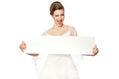 Lächelnde Braut mit Werbung. lizenzfreies stockfoto