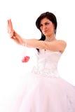 Lächelnde Braut schauen ihren Hochzeitsring Lizenzfreie Stockfotos