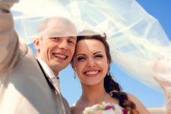 Lächelnde Braut und Bräutigam stockbilder