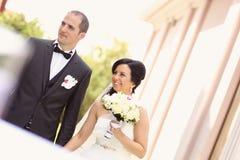 Lächelnde Braut und Bräutigam Stockfoto