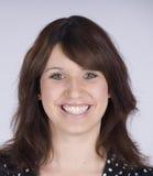 Lächelnde Brunette-Frau Stockfoto
