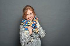 Lächelnde Brunettefrau, die gestrickte Strickjacke trägt stockfotos