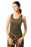Lächelnde Brunettefrau, die Militärkleidung trägt stockbilder