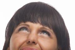 Lächelnde Brunettefrau, die oben schaut. Fragmentarischer Schuss Lizenzfreie Stockbilder