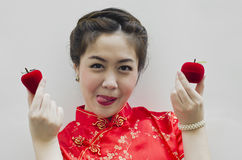Lächelnde chinesische Frau, die eine Erdbeere anhält Lizenzfreies Stockbild