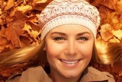 Lächelnde Dame legen aus den Grund Stockfotos