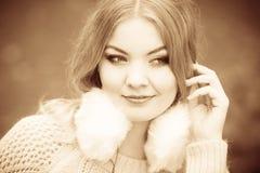 Lächelnde Dame mit Ohrenschützern Stockbild