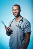 Lächelnde Doktor-oder Manneskrankenschwester Portrait Stockbilder