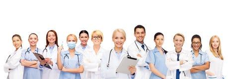 Lächelnde Doktoren und Krankenschwestern mit Tabletten-PC Stockbild