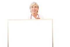 Lächelnde Doktorholdinganschlagtafel Stockfotos
