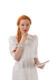 Lächelnde durchdachte junge Rothaarigefrau Lizenzfreie Stockfotografie