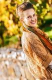 Lächelnde elegante Brunettefrau im Herbstpark lizenzfreies stockfoto