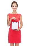Lächelnde elegante Frau im Kleid mit Einkaufstasche Lizenzfreies Stockbild