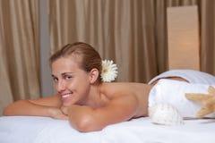 Lächelnde entspannte Frau Stockfotografie