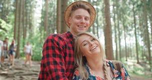 Lächelnde Entspannung durch einen See im Holz Lizenzfreie Stockfotos