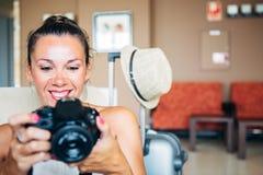 Lächelnde erwachsene Frau, die auf Kamera in den Armen schaut lizenzfreie stockbilder