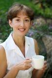 Lächelnde fällige Frau stockfoto