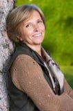 Lächelnde fällige Frau stockfotografie