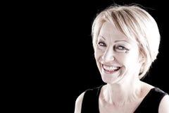 Lächelnde fällige Frau auf Schwarzem Stockfotos