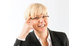 Lächelnde fällige Geschäftsfrau lizenzfreie stockbilder