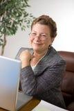 Lächelnde fällige Geschäftsfrau Lizenzfreies Stockfoto