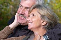 Lächelnde fällige Paare stockfotos