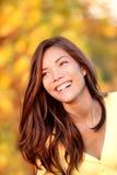 Lächelnde Fallfrau - Herbstportrait Stockbild