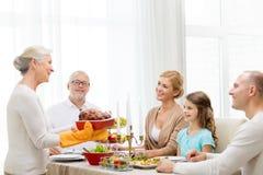 Lächelnde Familie, die Feiertag zu Hause zu Abend isst Stockfoto