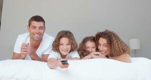 Lächelnde Familie, die Fernsieht stock video