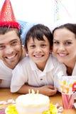 Lächelnde Familie, die Geburtstag des Sohns feiert Lizenzfreie Stockfotografie