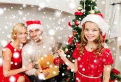 Lächelnde Familie, die Weihnachtsbaum verziert Stockfotografie