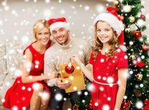 Lächelnde Familie, die Weihnachtsbaum verziert Lizenzfreies Stockbild
