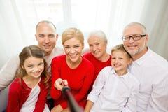 Lächelnde Familie, die zu Hause selfie nimmt Stockbild