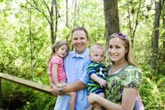 Lächelnde Familie draußen Stockfotografie